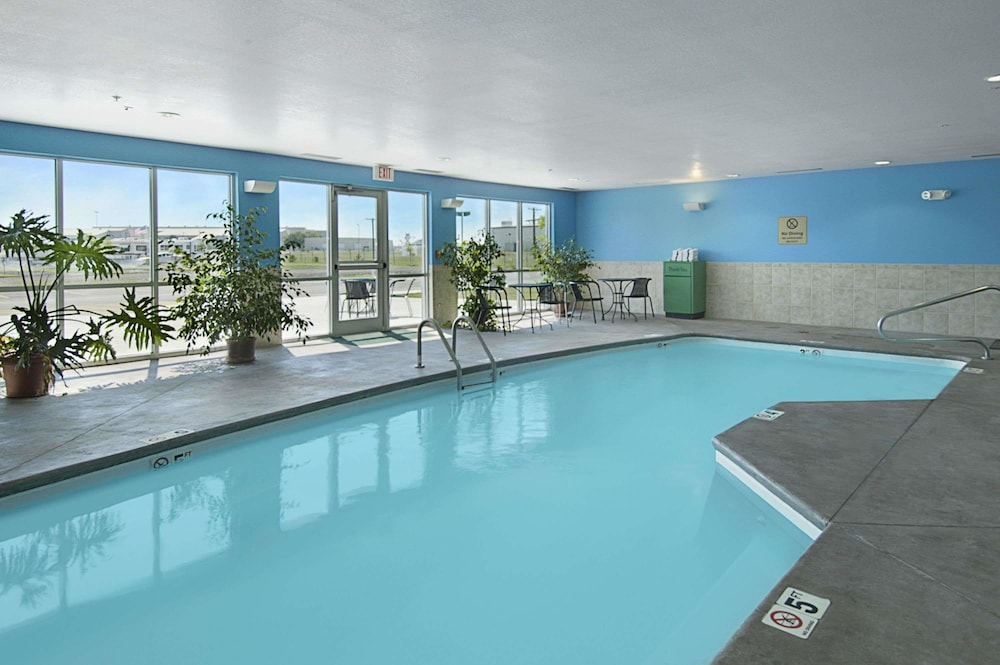 수퍼 8 바이 윈덤 토피카 앳 포브스 랜딩(Super 8 by Wyndham Topeka at Forbes Landing) Hotel Image 2 - Pool