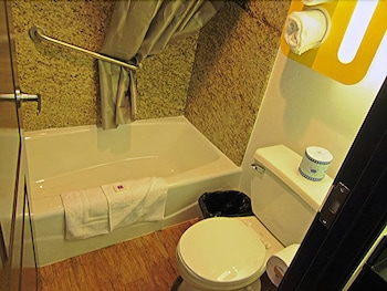 모텔 6 오션사이드 마리나(Motel 6 Oceanside Marina) Hotel Image 46 - Bathroom