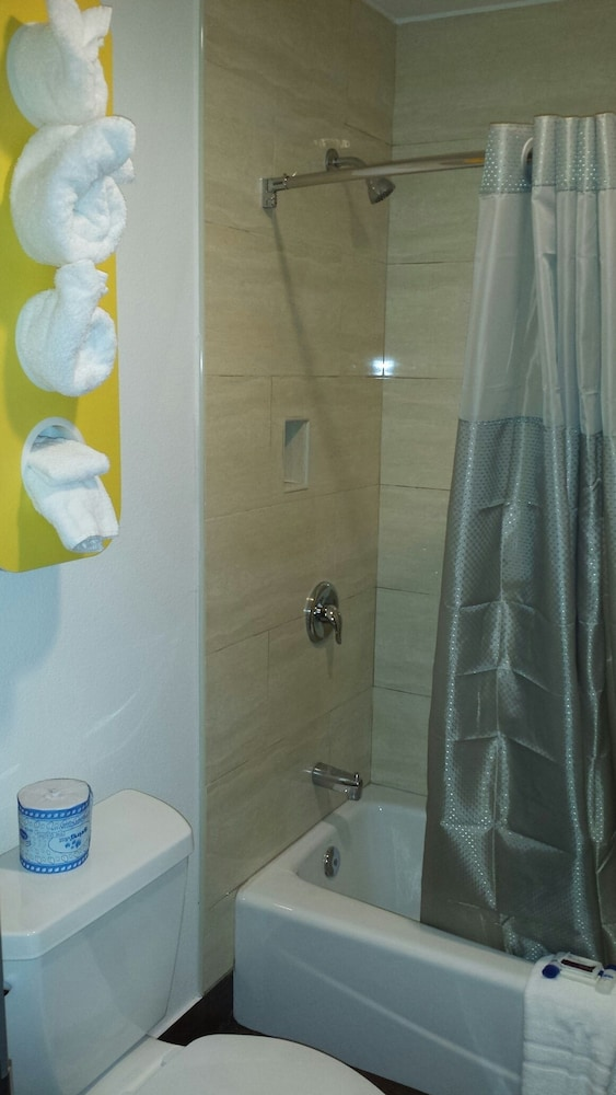 모텔 6 오션사이드 마리나(Motel 6 Oceanside Marina) Hotel Image 25 - Bathroom