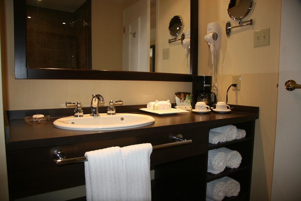 르 상-마르탱 브로몽 호텔 & 스위트(Le St-Martin Bromont Hotel & Suites) Hotel Image 53 - Bathroom