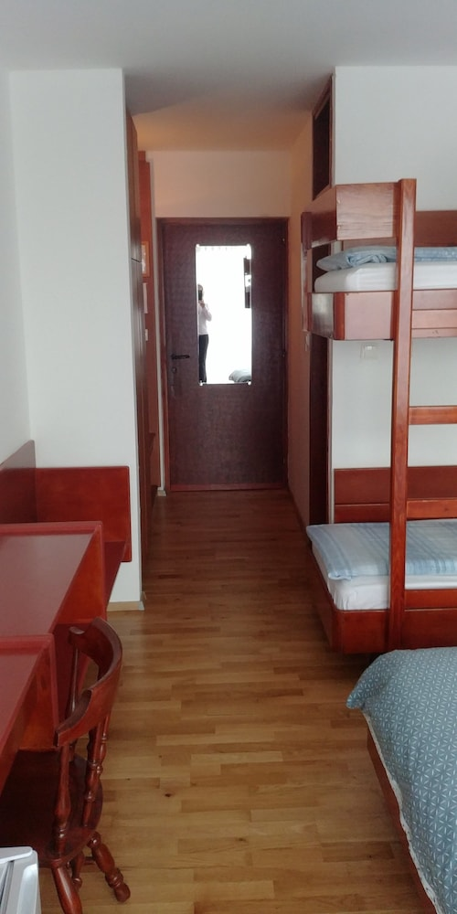 https://i.travelapi.com/hotels/2000000/1230000/1220100/1220015/0b8b3ed7_z.jpg