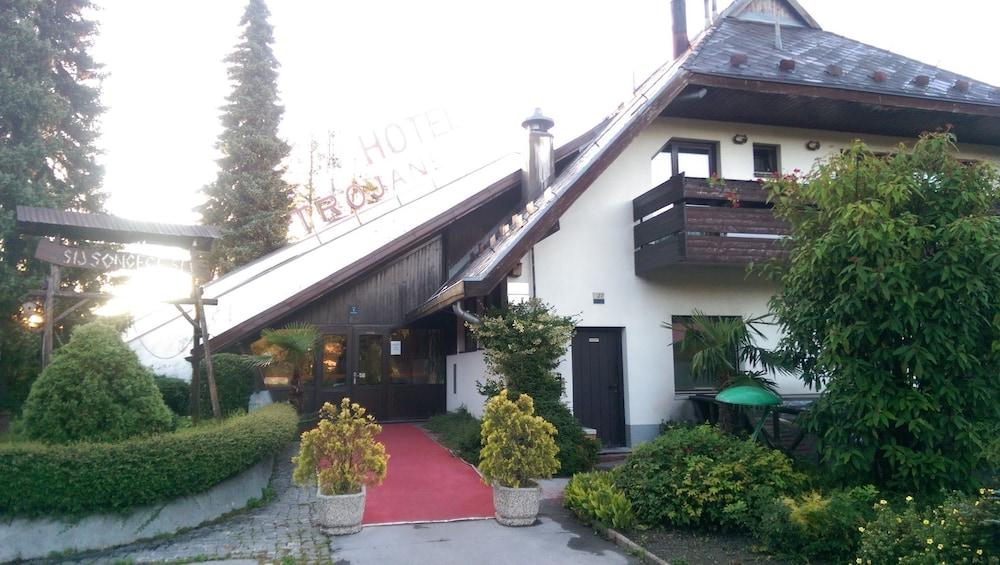 https://i.travelapi.com/hotels/2000000/1230000/1220100/1220015/5ca49808_z.jpg