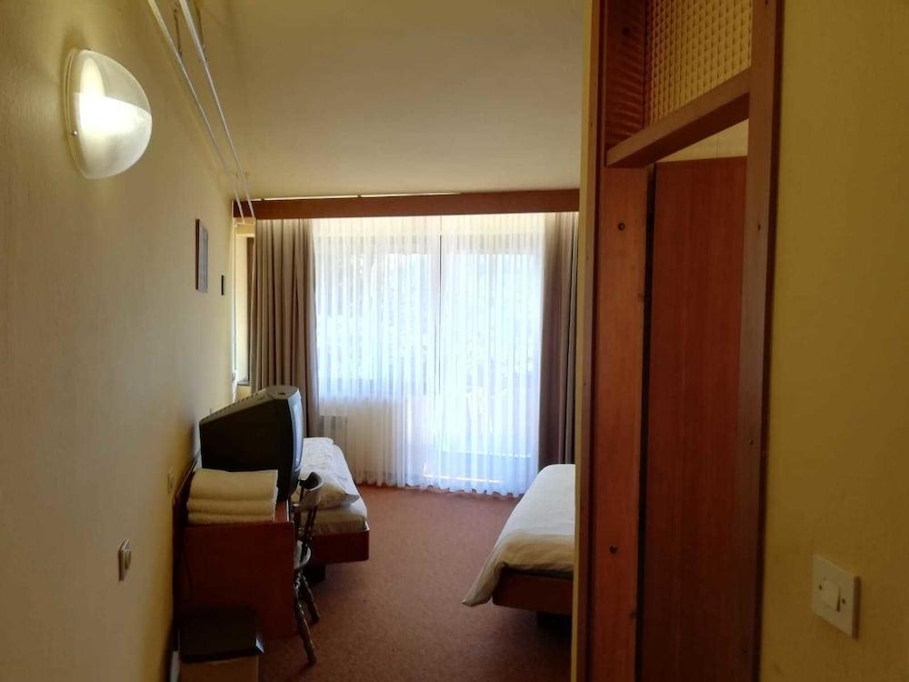 https://i.travelapi.com/hotels/2000000/1230000/1220100/1220015/e27989c6_z.jpg