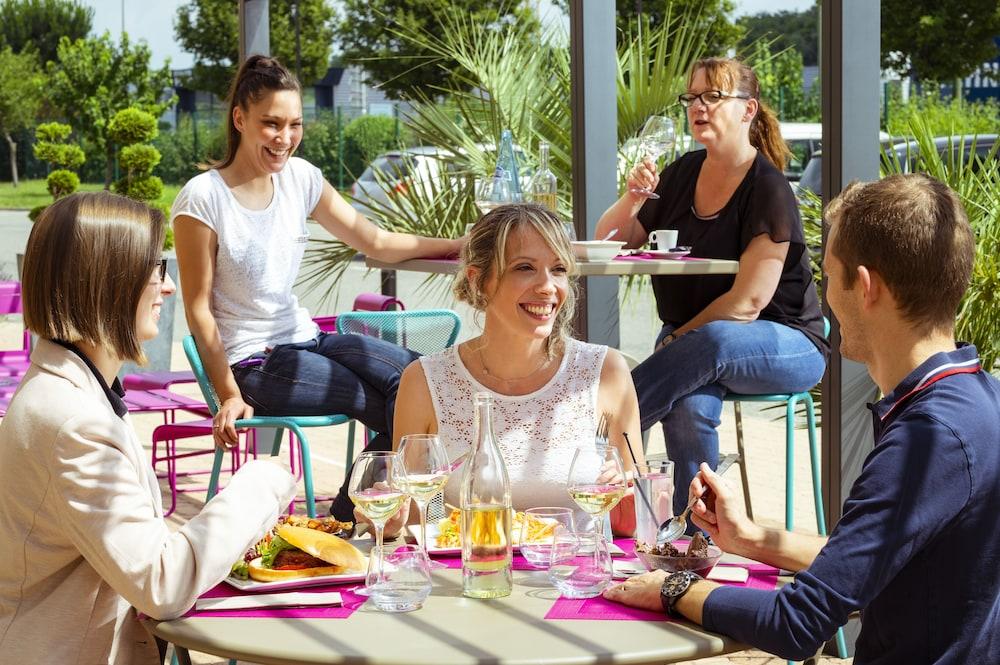 메르쿠르 리옹 에스트 샤포네(Mercure Lyon Est Chaponnay) Hotel Image 33 - Outdoor Dining