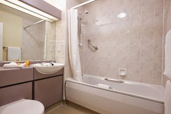 Hallmark Inn Derby - Bathroom  - #0