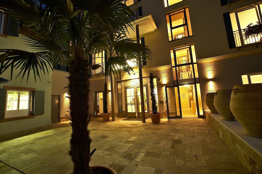 Hotel Exterior : Courtyard View 1 of 53