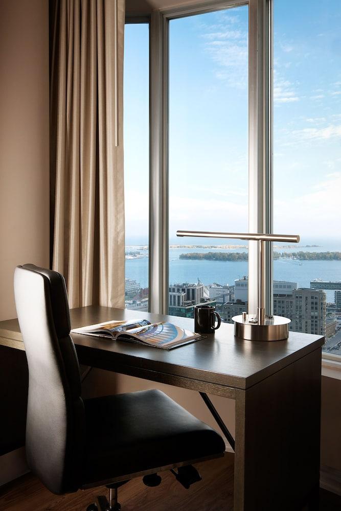 원 킹 웨스트 호텔 앤드 레지던스(One King West Hotel & Residence) Hotel Image 6 - Guestroom