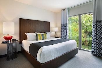 Suite, 1 King Bed, Non Smoking, River View (Corner)