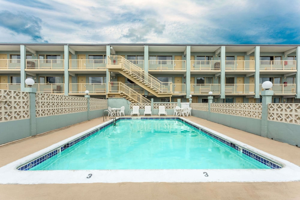 트래블로지 버지니아 비치(Travelodge Virginia Beach) Hotel Image 2 - Pool