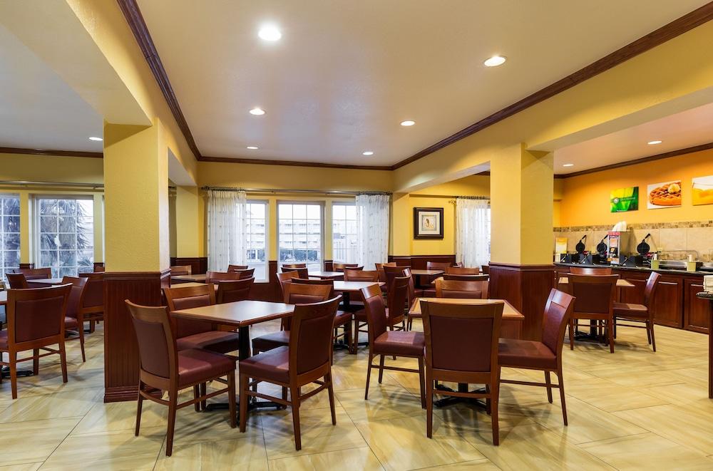 퀄리티 인 & 스위트 비치프론트(Quality Inn & Suites Beachfront) Hotel Image 38 - Breakfast Area