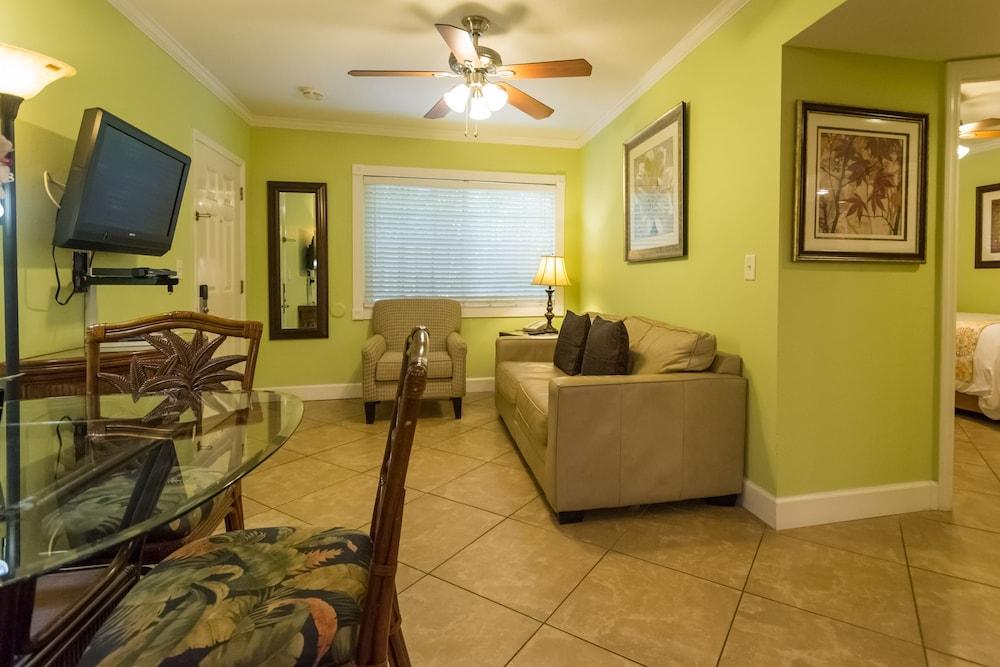 트로피컬 비치 리조트(Tropical Beach Resorts) Hotel Image 122 - Living Area