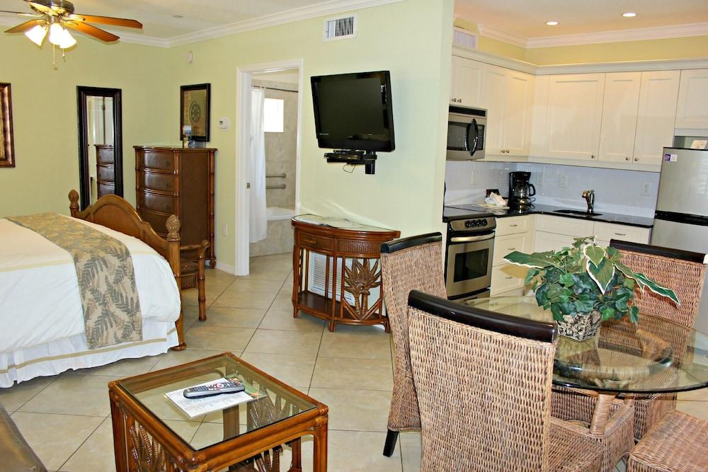 트로피컬 비치 리조트(Tropical Beach Resorts) Hotel Image 120 - Living Area