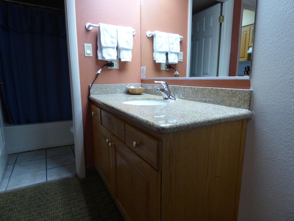 코로나다 인 앤드 스위트(Coronada Inn and Suites) Hotel Image 15 - Bathroom
