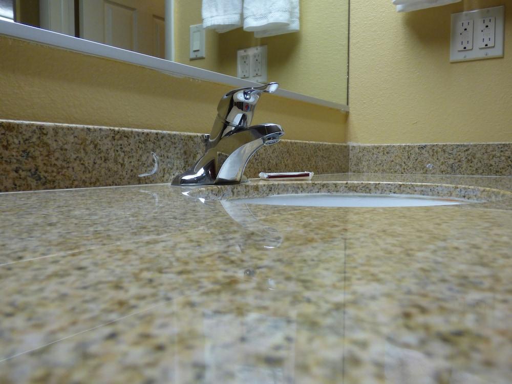 코로나다 인 앤드 스위트(Coronada Inn and Suites) Hotel Image 16 - Bathroom