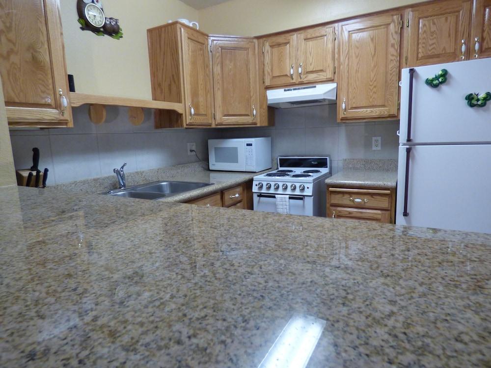 코로나다 인 앤드 스위트(Coronada Inn and Suites) Hotel Image 11 - In-Room Kitchen