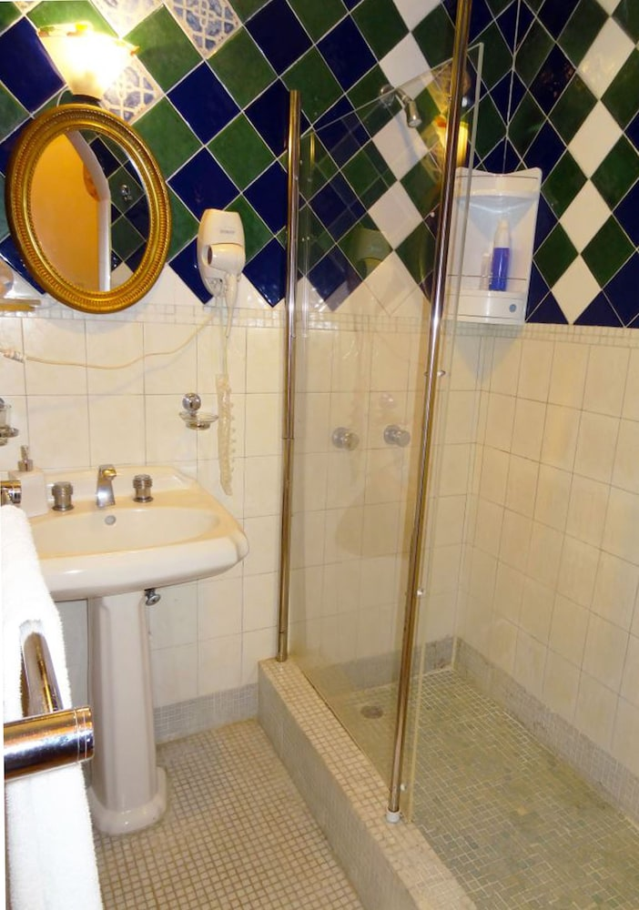 호텔 도냐 엘비라(Hotel Doña Elvira) Hotel Image 28 - Bathroom Shower