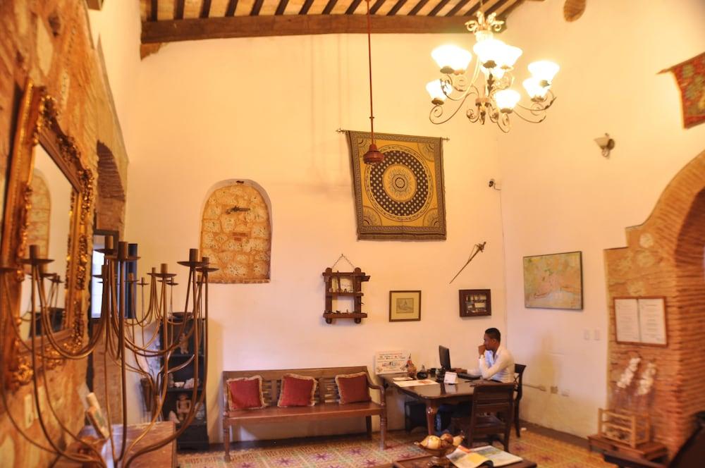 호텔 도냐 엘비라(Hotel Doña Elvira) Hotel Image 1 - Lobby Sitting Area