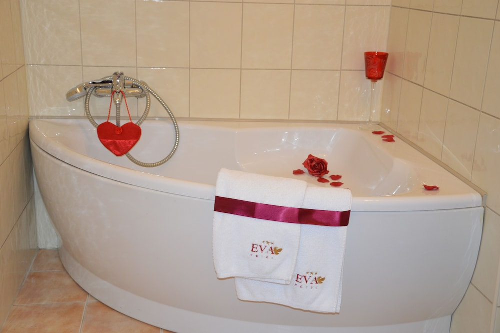 호텔 에바(Hotel Eva) Hotel Image 9 - Deep Soaking Bathtub