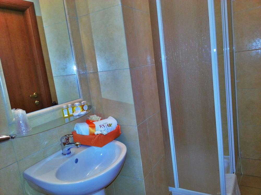호텔 에바(Hotel Eva) Hotel Image 8 - Bathroom