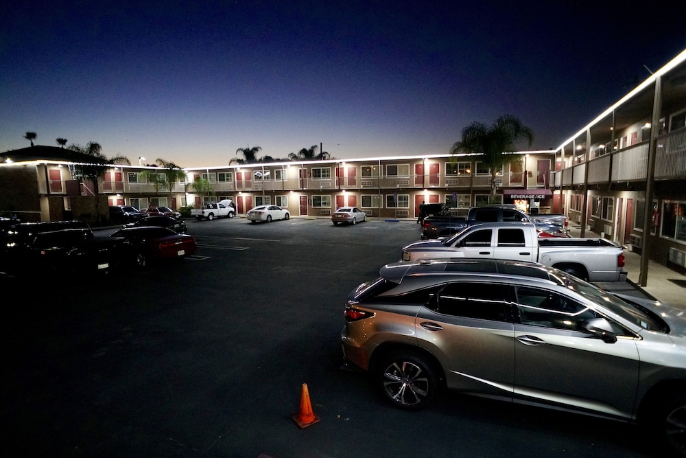 앤젤스 모텔 피코 리베라(Angels Motel Pico Rivera) Hotel Thumbnail Image 28 - Hotel Front - Evening/Night