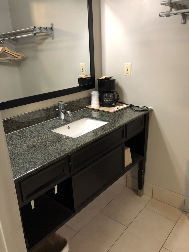 디어필드 인 앤드 스위트(Deerfield Inn & Suites) Hotel Image 16 - Bathroom