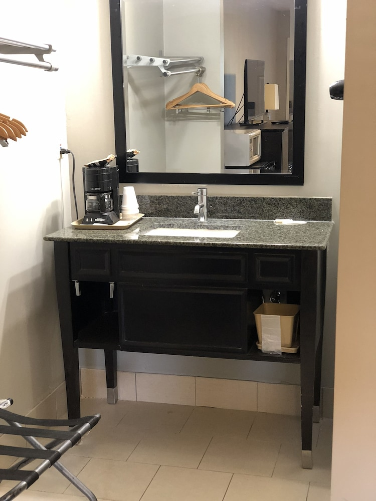 디어필드 인 앤드 스위트(Deerfield Inn & Suites) Hotel Image 19 - Bathroom