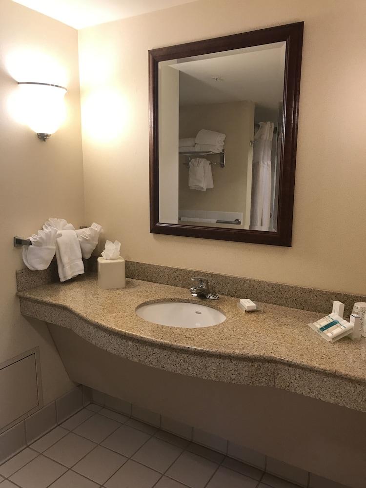 힐튼 가든 인 이타카(Hilton Garden Inn Ithaca) Hotel Image 27 - Bathroom Sink