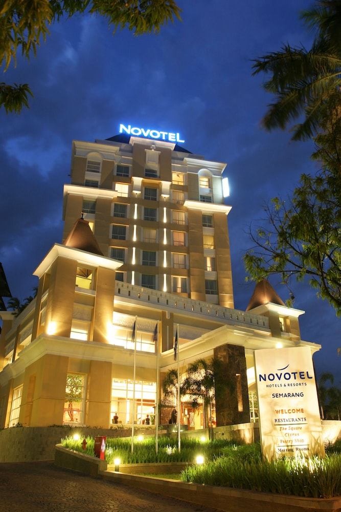 노보텔 세마랑(Novotel Semarang) Hotel Image 70 - Hotel Front - Evening/Night