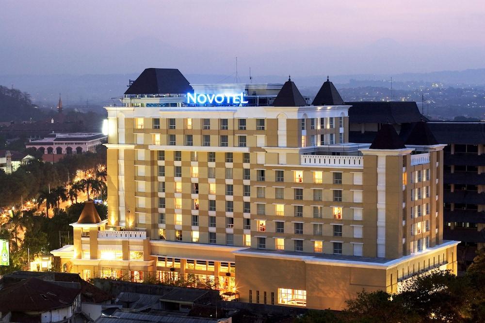 노보텔 세마랑(Novotel Semarang) Hotel Image 71 - Hotel Front - Evening/Night