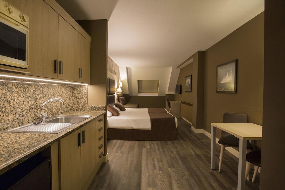 https://i.travelapi.com/hotels/2000000/1270000/1269700/1269697/35092ebb_z.jpg