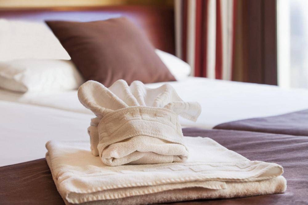 https://i.travelapi.com/hotels/2000000/1270000/1269700/1269697/e9692a1c_z.jpg