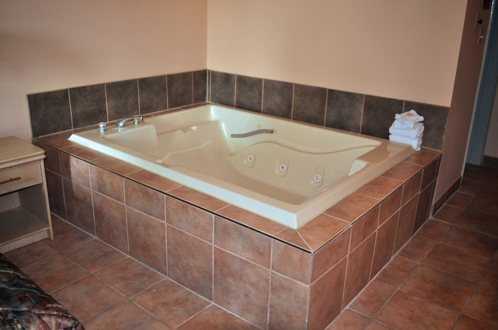 나이아가라 폴스 코트사이드 인(Niagara Falls Courtside Inn) Hotel Image 9 - Jetted Tub