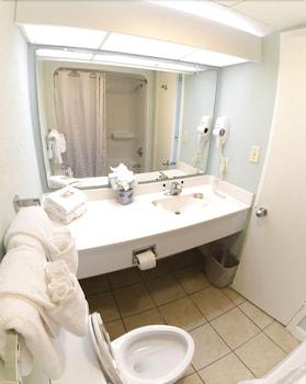 샌드캐슬 오션프런트 리조트 사우스비치(Sandcastle Oceanfront Resort South Beach) Hotel Image 46 - Bathroom
