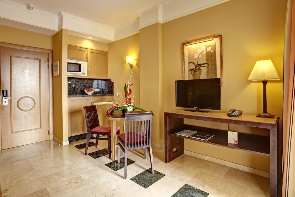 그루포텔 플라야 데 팔마 수이테스 앤드 스파(Grupotel Playa de Palma Suites & Spa) Hotel Image 7 - Guestroom
