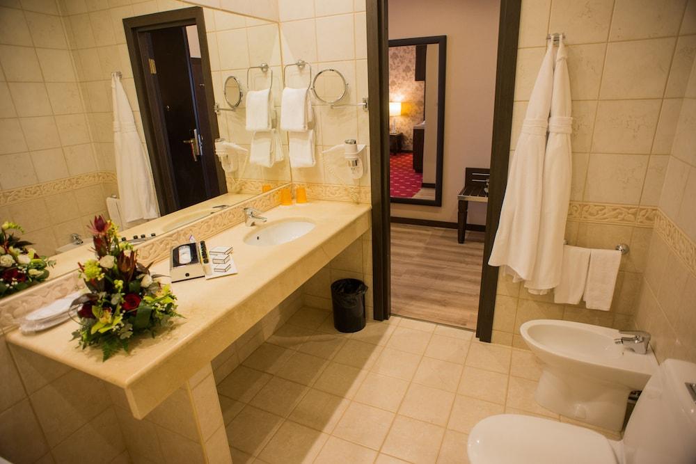 페트로 팰리스 호텔(Petro Palace Hotel) Hotel Image 25 - Bathroom
