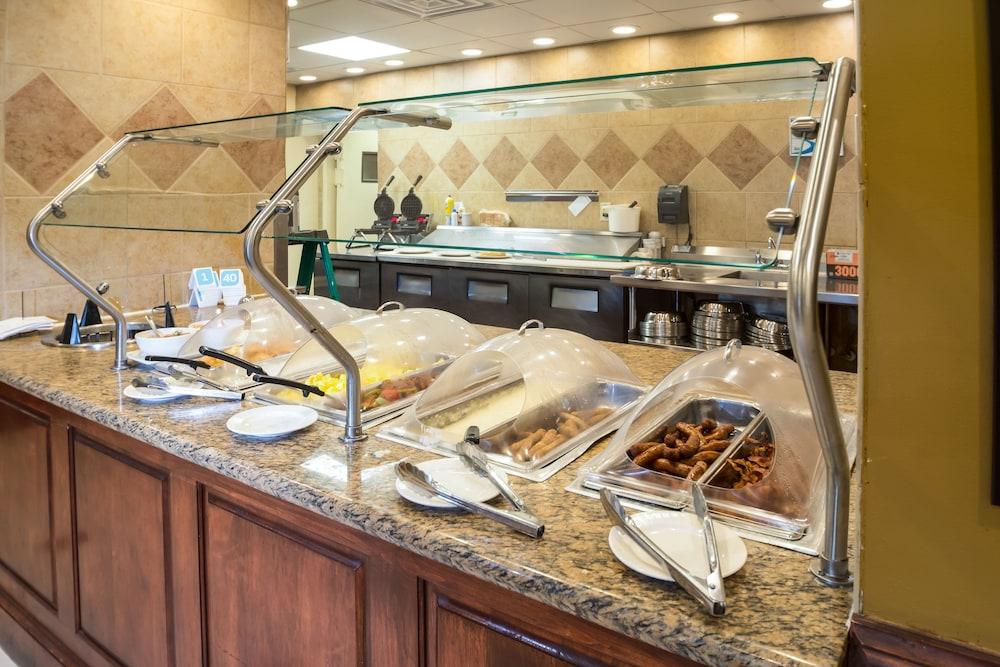 힐튼 가든 인 페이어트빌(Hilton Garden Inn Fayetteville) Hotel Image 28 - Breakfast buffet