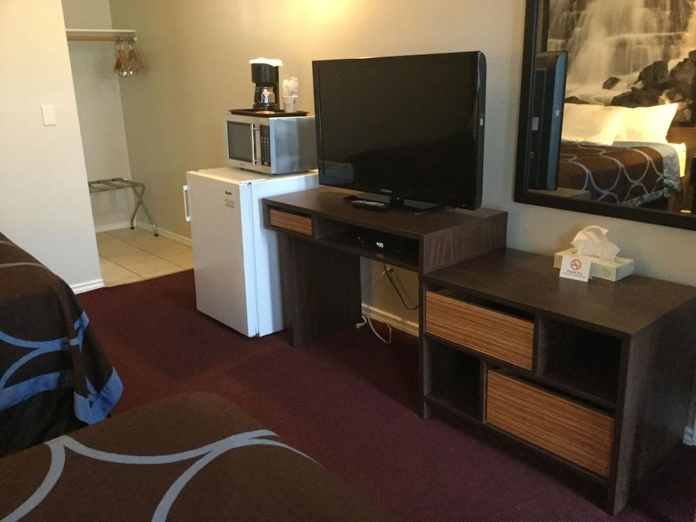 수퍼 8 바이 윈덤 메리트 브리티시컬럼비아(Super 8 by Wyndham Merritt BC) Hotel Image 14 - Television