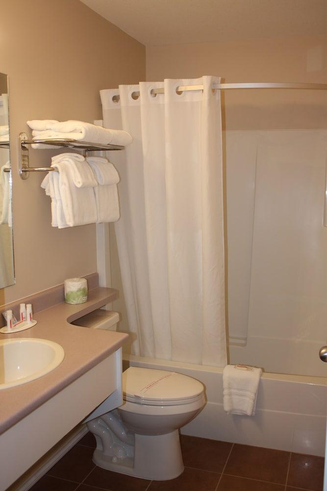 수퍼 8 바이 윈덤 메리트 브리티시컬럼비아(Super 8 by Wyndham Merritt BC) Hotel Image 18 - Bathroom Shower