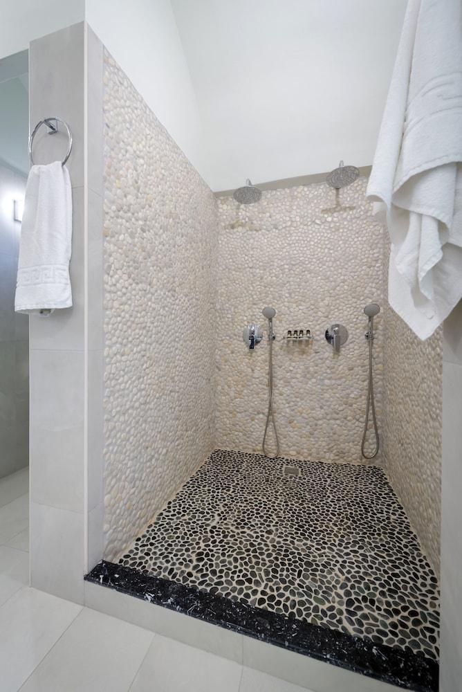 호텔 제피로스(Hotel Zephyros) Hotel Image 55 - Bathroom Shower