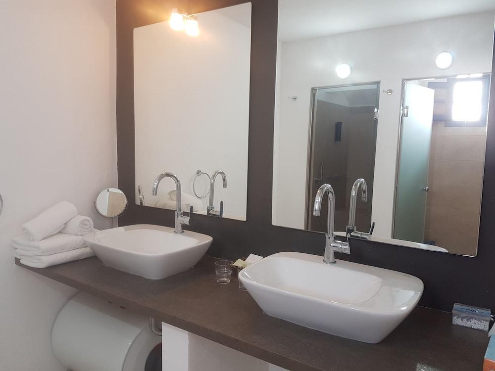헬리오토포스 호텔(Heliotopos Hotel) Hotel Image 32 - Bathroom Sink