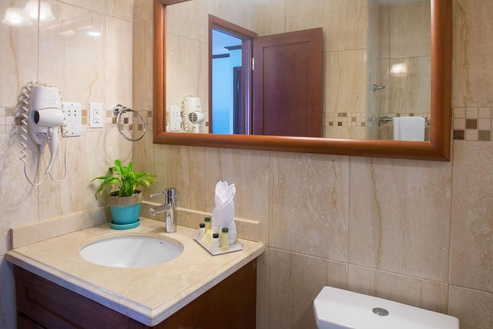 https://i.travelapi.com/hotels/2000000/1290000/1287900/1287831/ea8da4ef_z.jpg
