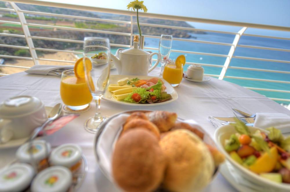 래디슨 블루 리조트 & 스파, 말타 골든 샌즈(Radisson Blu Resort & Spa, Malta Golden Sands) Hotel Image 44 - Food and Drink