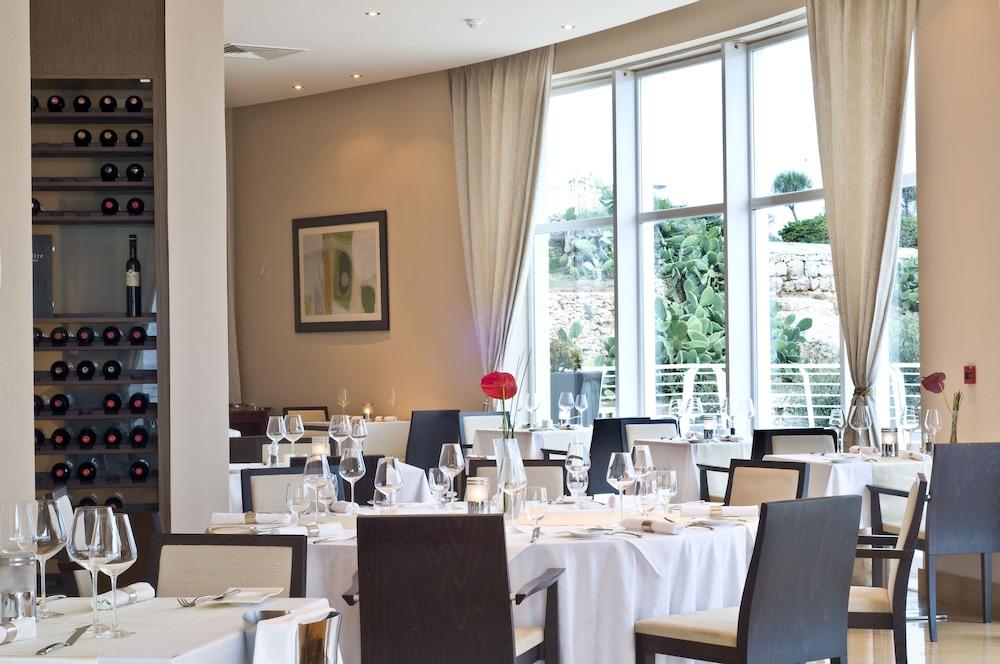 래디슨 블루 리조트 & 스파, 말타 골든 샌즈(Radisson Blu Resort & Spa, Malta Golden Sands) Hotel Image 40 - Restaurant