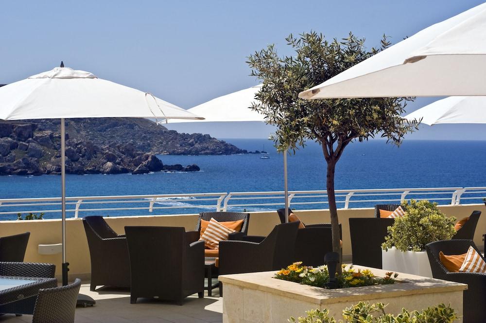 래디슨 블루 리조트 & 스파, 말타 골든 샌즈(Radisson Blu Resort & Spa, Malta Golden Sands) Hotel Image 53 - Terrace/Patio