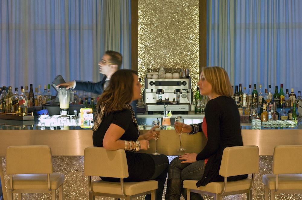 래디슨 블루 리조트 & 스파, 말타 골든 샌즈(Radisson Blu Resort & Spa, Malta Golden Sands) Hotel Image 46 - Hotel Bar