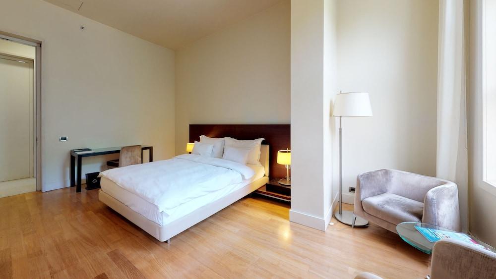 https://i.travelapi.com/hotels/2000000/1330000/1322200/1322164/5224881f_z.jpg