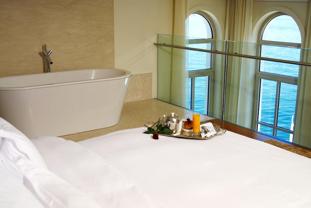 https://i.travelapi.com/hotels/2000000/1330000/1322200/1322164/ae7150e0_z.jpg