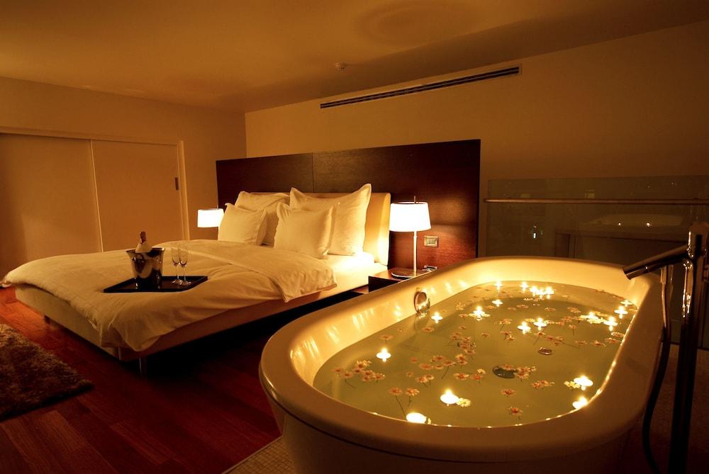 https://i.travelapi.com/hotels/2000000/1330000/1322200/1322164/c4dba61a_z.jpg