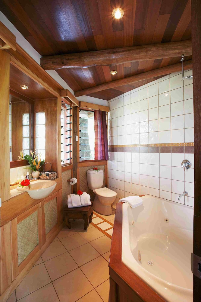 https://i.travelapi.com/hotels/2000000/1330000/1324100/1324010/98a8f409_z.jpg