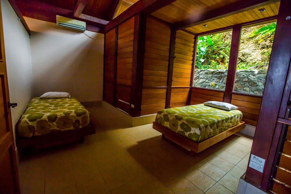 https://i.travelapi.com/hotels/2000000/1330000/1324100/1324010/a6f140aa_z.jpg